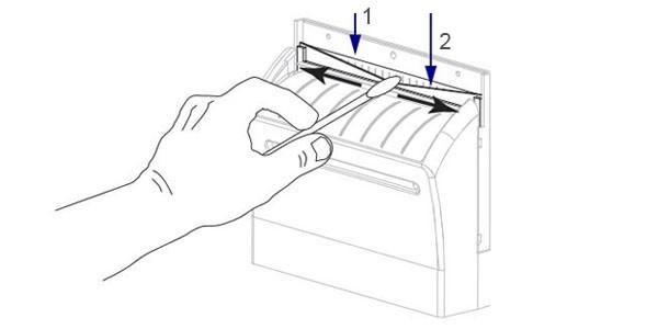 Sử dụng cồn và bông y tế để lau chùi vệ sinh dao cắt